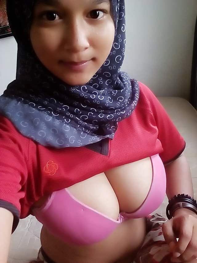 8eead376 6910 428f 9d95 4fb65cfd2587 - Cewek jilbab pamer toket pink bra selfie