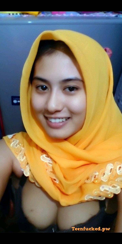 TTglicvLt2k wm - Cute muslim girl selfie nude at home 09-2020