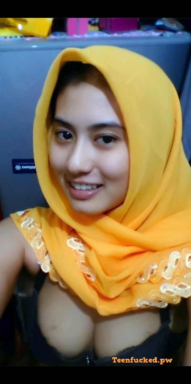 VGSgY6p88YQ wm - Cute muslim girl selfie nude at home 09-2020