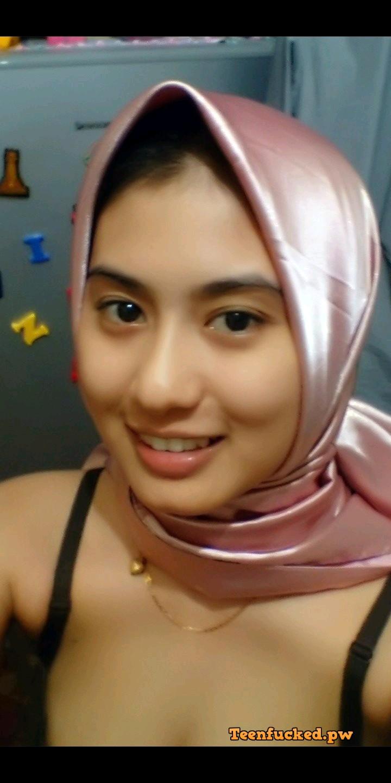 sM3leC7ZJEs wm - Cute muslim girl selfie nude at home 09-2020